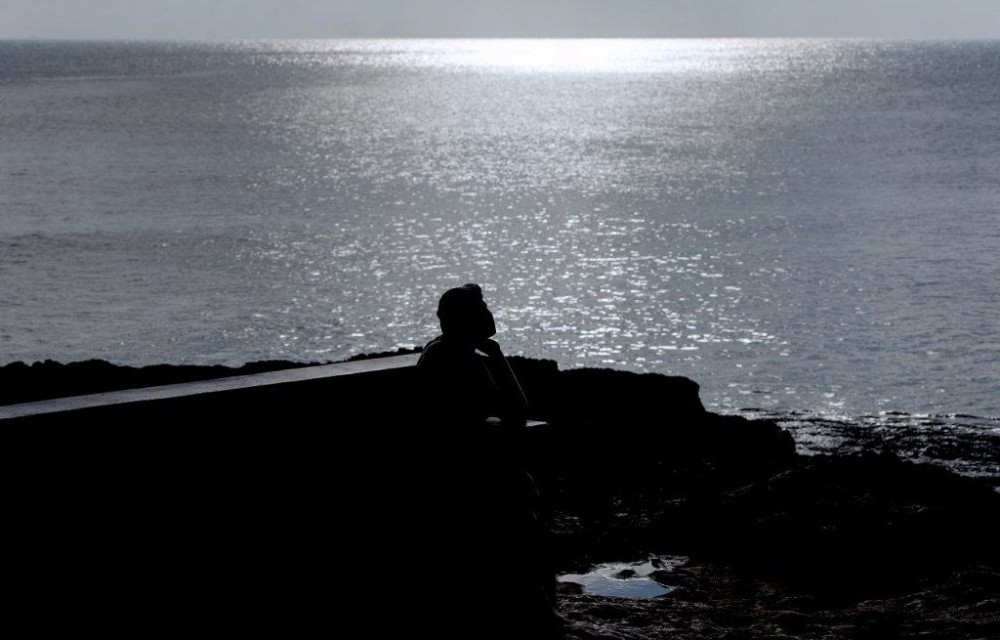 costa blanca torrevieja estatua a contra luz en el mar