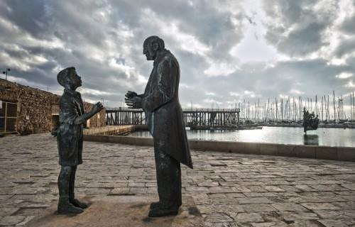 COSTA BLANCA TORREVIEJA estatua abuelo y nieto de bronce