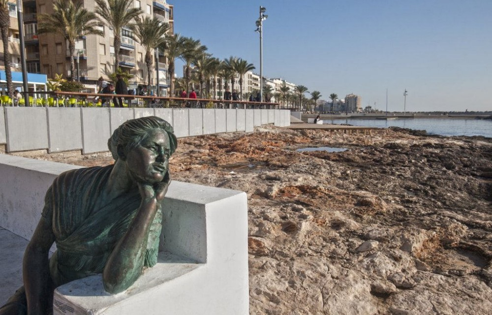 costa blanca torrevieja estatua mujer en el banco
