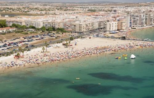 COSTA BLANCA TORREVIEJA agua cristalina de la playa y gente
