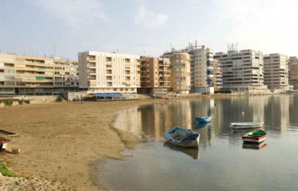 costa blanca torrevieja playa con barquitas antiguas de madera