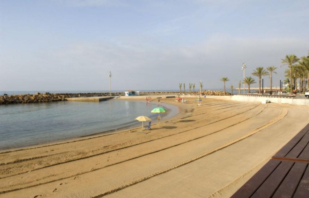 costa blanca torrevieja playa de arena lisa y agua calmada