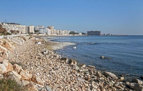 COSTA BLANCA TORREVIEJA playa de rocas en el dia