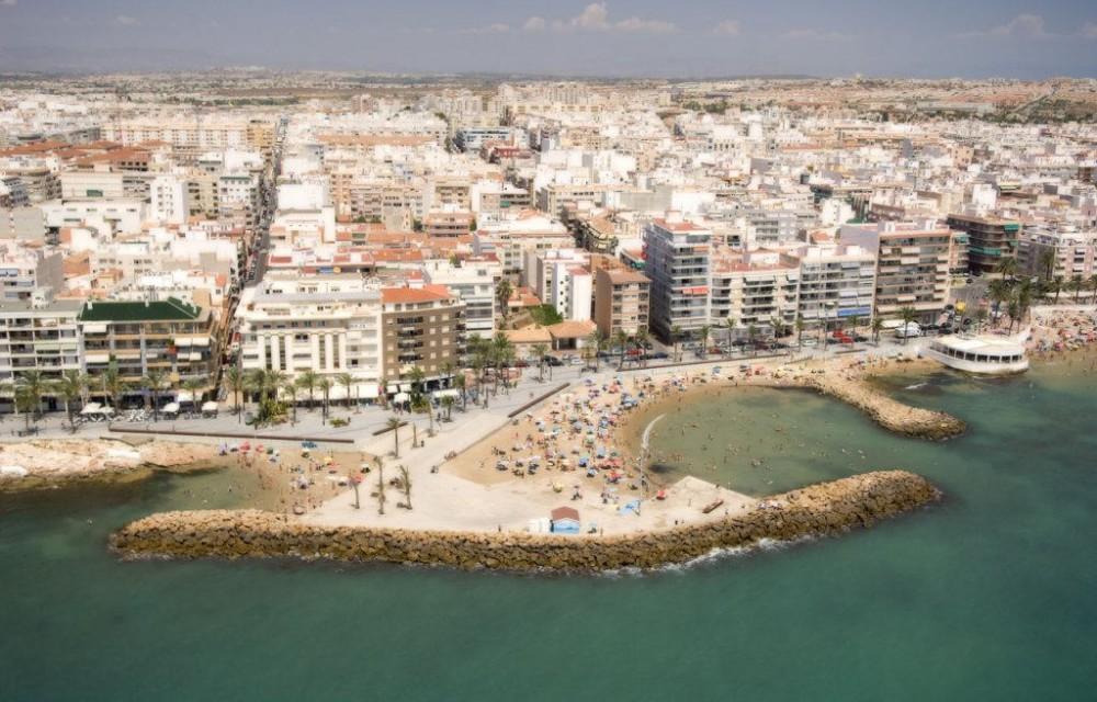 costa blanca torrevieja playa pequena llena de gente