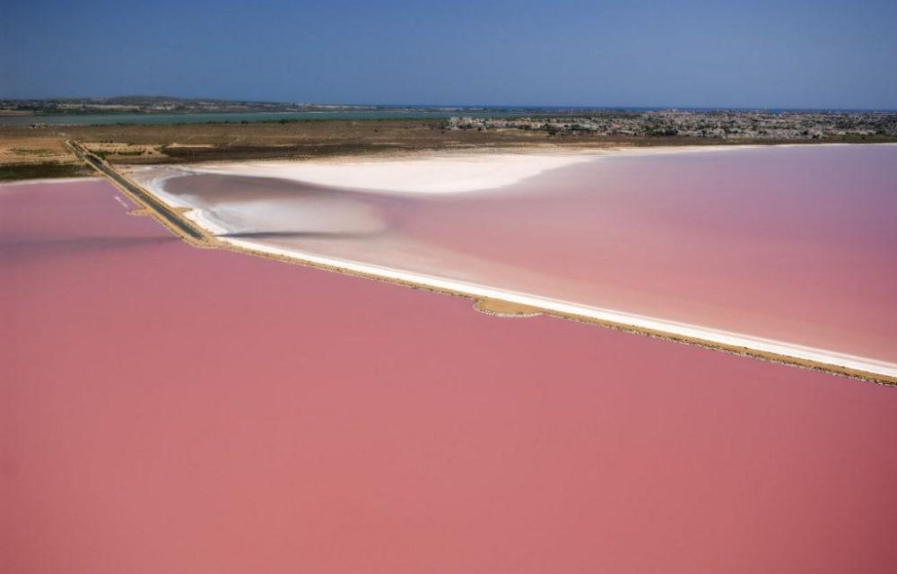 costa blanca torrevieja salinas y color rojo del agua
