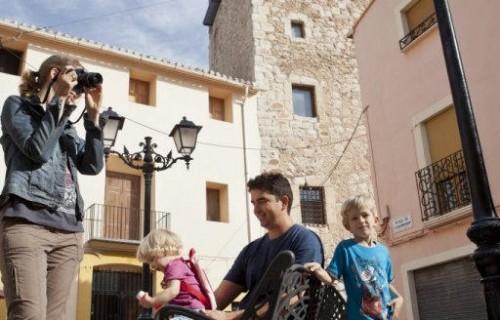 COSTA BLANCA VALL DE POP MURLA familia en la plaza del pueblo