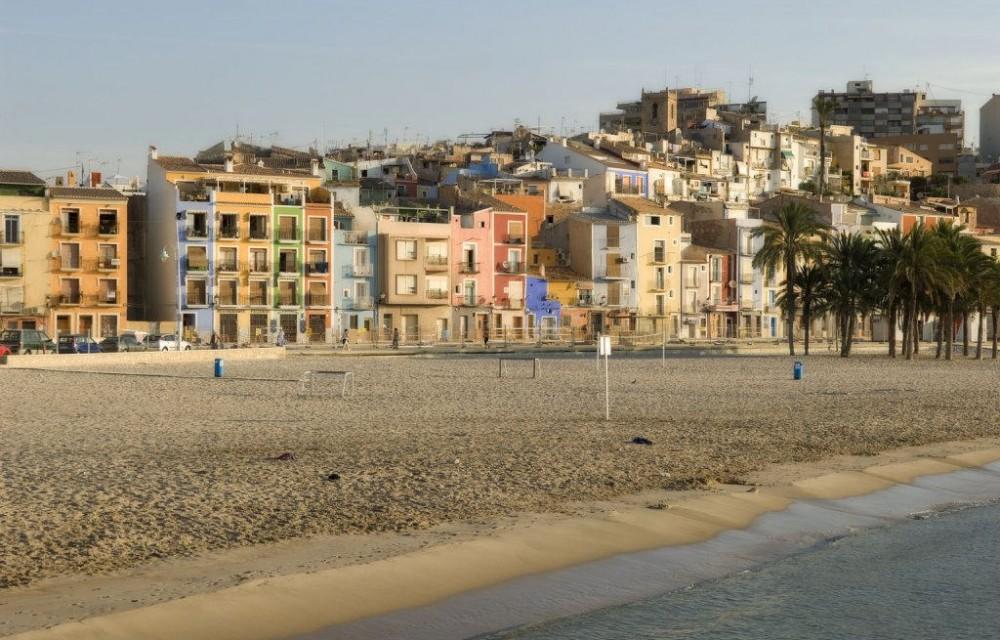 costa blanca villajoyosa arena de la playa y casas