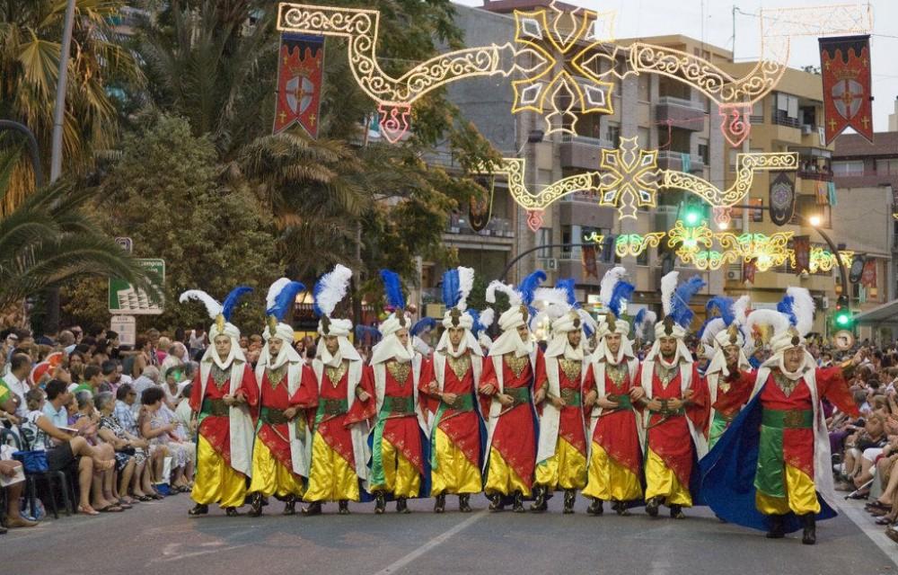 costa blanca villajoyosa desfile moros y cristianos del pueblo